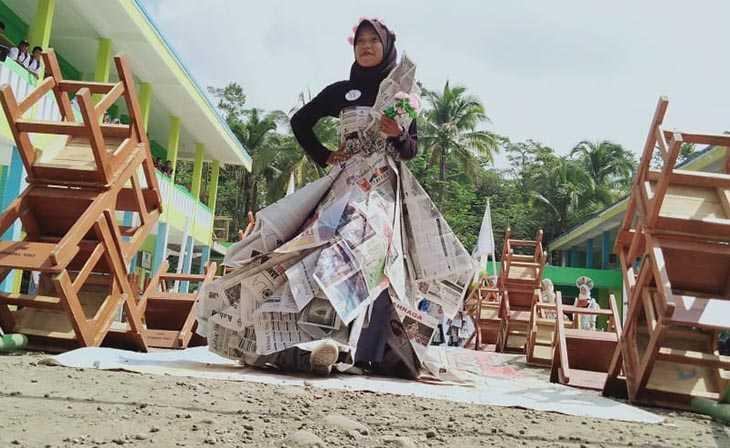 Sambut HUT RI ke-74 SMK Nurusalam Gelar Fashion Show dari Limbah Koran