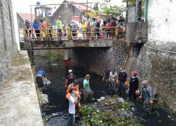 Tumpukan Sampah Makin Parah, Dorong Warga Bersihkan Sungai Cidukuh