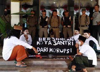Aksi Teatrikal Protes Acara HUT Kota dan TOF