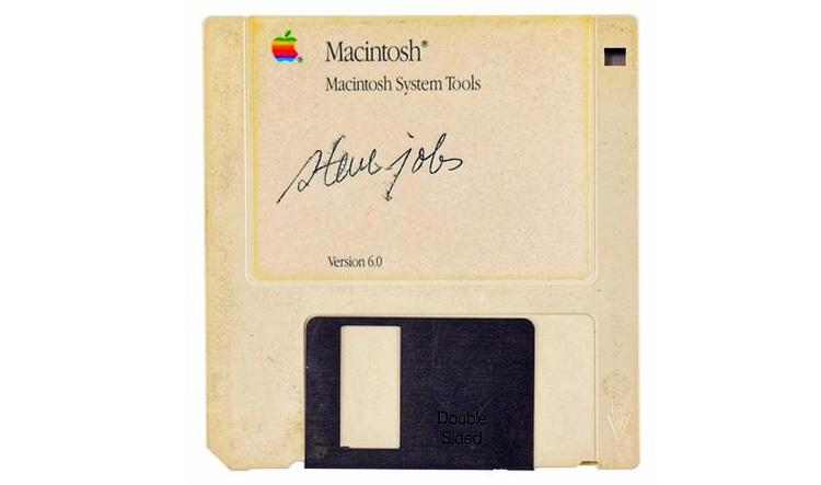Disket bertanda tangan Steve Jobs