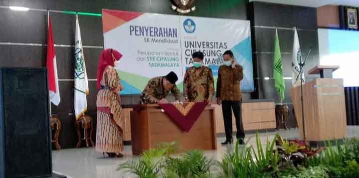 Acep Adang Ruhiat melakukan penandatanganan di saksikan Ketua Dikti Jabar Banten Uman Suherman dan Rektor Universitas Cipasung Tasikmalaya, Hj pipit komaliah MSi